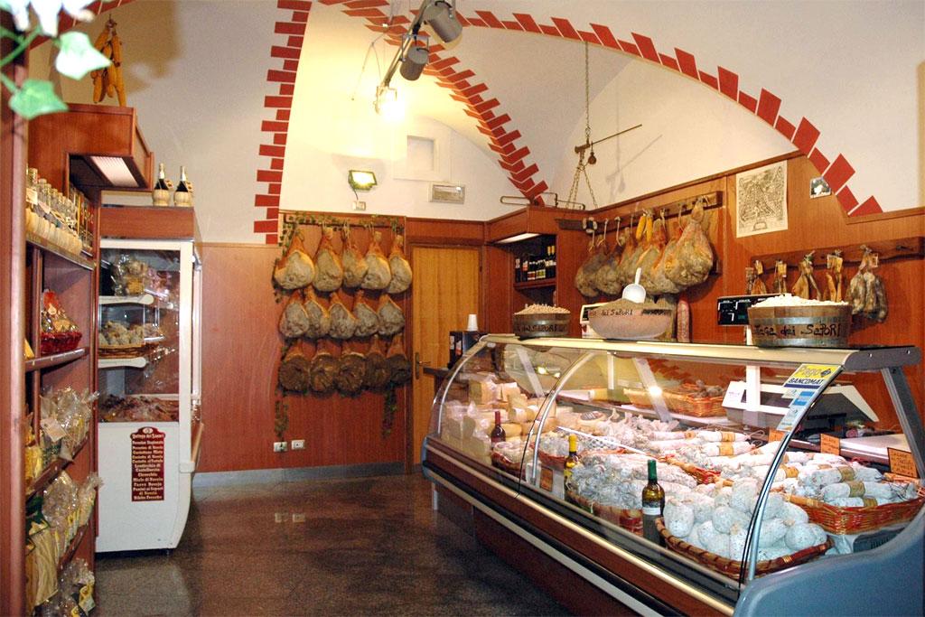 prodotti tipici della bottega dei sapori di Norcia, Umbria.